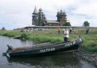 Лодка напротив знаменитого храма Преображения