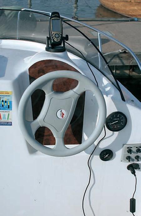 Место водителя мотолодки «Quicksilver 500 Cabin»