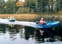Мотолодка буксирует надувную лодку