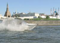 Мотолодка на фоне Казанского кремля