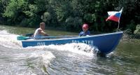 Одна из лодок идет по реке