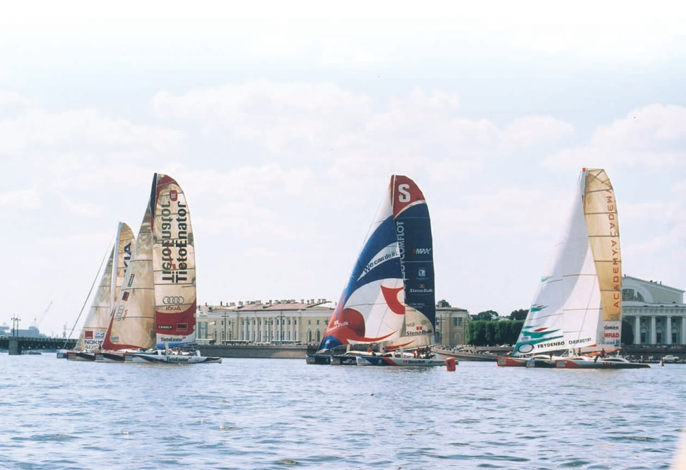 Огромные тримараны на фоне Санкт-Петербурга