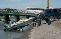 Спуск лодки на воду с крутого берега