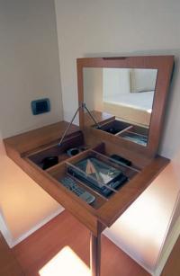 Столик в каюте владельца