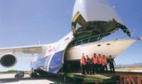"""В самолет """"Antonov 124"""" загружают яхту """"Си Рей"""""""