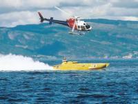 Вертолет сопровождает гоночный скутер