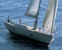 Вид спереди на яхту