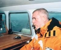 Владелец яхты Эрик ван Хест за штурманским столом