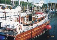 """Яхта """"Флора"""" отдыхает в гавани"""