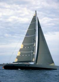 """Яхта """"Y3K"""" под парусами на ходу"""