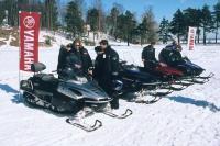 Журналисты осматривают снегоходы Yamaha